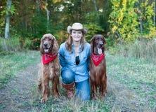 Kvinna med hundkapplöpning för irländsk setter Arkivfoton