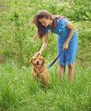 Kvinna med hundlabrador Arkivbild
