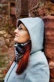Kvinna med huven fotografering för bildbyråer