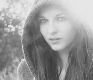 Kvinna med huven Arkivbild