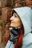 Kvinna med huven och scarfen Fotografering för Bildbyråer