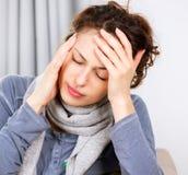 Kvinna med huvudvärk fotografering för bildbyråer