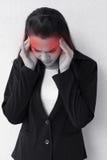Kvinna med huvudvärken, migrän, spänning, sömnlöshet, bakrus Royaltyfria Bilder