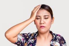 Kvinna med huvudvärken som trycker på hennes tempel Arkivbilder