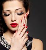 Kvinna med idérik makeup genom att använda falska ögonfranser Arkivbilder