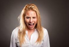 Kvinna med ilsket uttryck arkivbilder