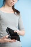 Kvinna med inga pengar Arkivfoto