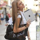 Kvinna med iPad Fotografering för Bildbyråer