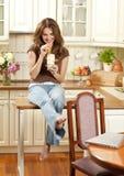 Kvinna med iskaffe royaltyfria bilder