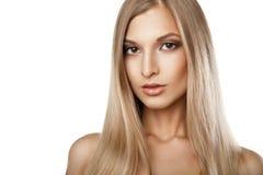 Kvinna med isolerade långa raka blonda hår Fotografering för Bildbyråer