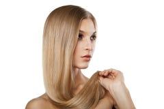 Kvinna med isolerade långa raka blonda hår Royaltyfri Fotografi