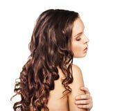 Kvinna med isolerat långt brunt hår för skönhet Royaltyfri Fotografi