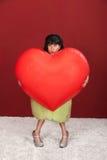 Kvinna med jätte- hjärta arkivbild