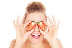 Kvinna med jordgubbar arkivbilder