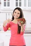 Kvinna med jordgubben royaltyfri foto