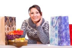 Kvinna med julgåvaasken royaltyfria bilder