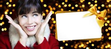 Kvinna med julgåvakortet i guld- ljus vektor illustrationer