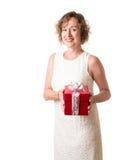 Kvinna med julgåvan Arkivfoto