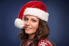 Kvinna med julhatten - Santas hjälpreda Royaltyfria Foton