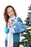 Kvinna med julklappar Royaltyfri Bild