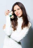 Kvinna med jultoys Royaltyfri Fotografi