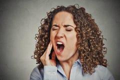 Kvinna med känsligt problem för tandknipkrona royaltyfria bilder