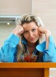 Kvinna med körsbär Fotografering för Bildbyråer