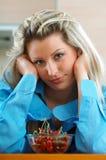 Kvinna med körsbär Arkivfoto