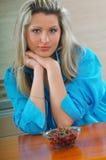 Kvinna med körsbär Arkivfoton
