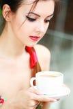 Kvinna med kaffe fotografering för bildbyråer