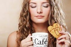 Kvinna med kaffe och kakor Royaltyfri Foto