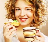 Kvinna med kaffe och kakor fotografering för bildbyråer