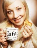Kvinna med kaffe och kakor royaltyfria foton