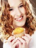 Kvinna med kakan royaltyfri bild