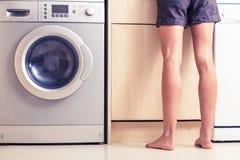 Kvinna med kala ben i kök Royaltyfri Foto