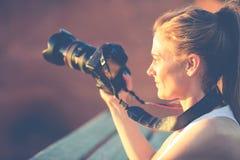 Kvinna med kameran Arkivfoto