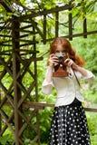 Kvinna med kameran Royaltyfri Fotografi