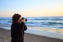 Kvinna med kameran på solnedgången arkivfoton