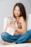 Kvinna med katten royaltyfri bild
