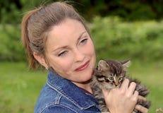 Kvinna med kattungen Royaltyfri Fotografi