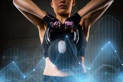 Kvinna med kettlebell i idrottshall Royaltyfri Fotografi