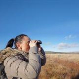 Kvinna med kikare som birdwatching Royaltyfri Fotografi