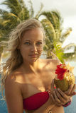 Kvinna med kokosnötcoctailen Royaltyfri Foto