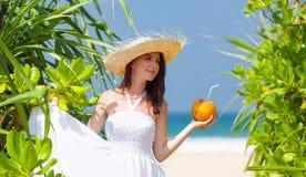 Kvinna med kokosnötcoctailen Arkivfoton