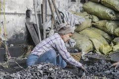 Kvinna med kol Arkivbild