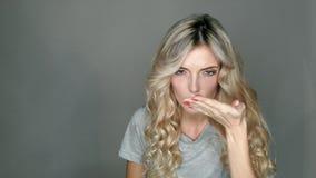 Kvinna med kontaktlinser stock video