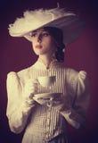 Kvinna med kopp te Arkivfoton