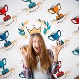 Kvinna med koppar för vinnare` s arkivfoto