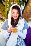 Kvinna med koppen av varmt te i vinterdag Arkivbilder