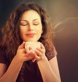 Kvinna med koppen kaffe Royaltyfria Bilder